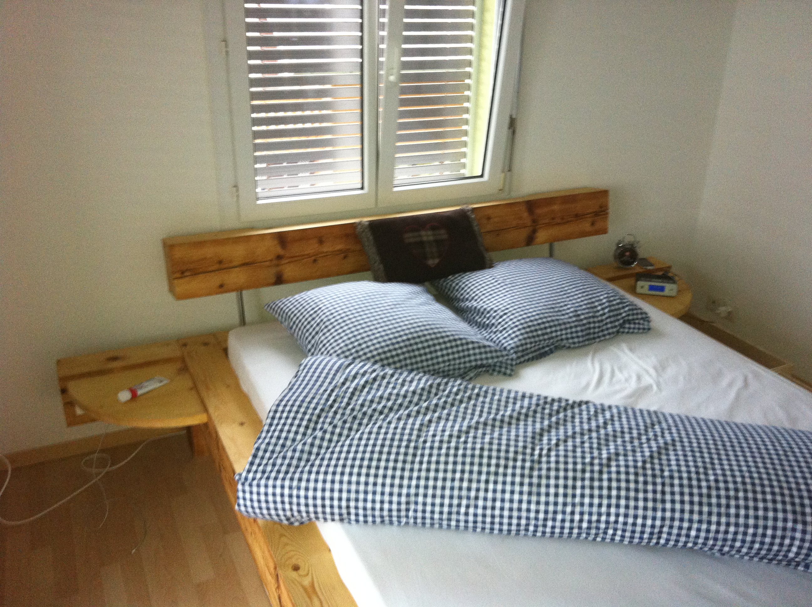 sassi holzbau galerie spezielles bett aus altholz. Black Bedroom Furniture Sets. Home Design Ideas
